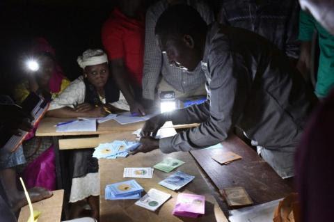 Un scrutateur compte les bulletins dans un bureau de vote de Niamey