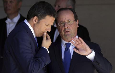 Le président français François Hollande (D) et le chef du gouvernement italien Matteo Renzi (G)