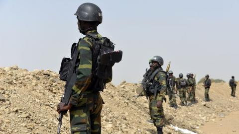 soldats camerounais patrouillent pres de fotokol