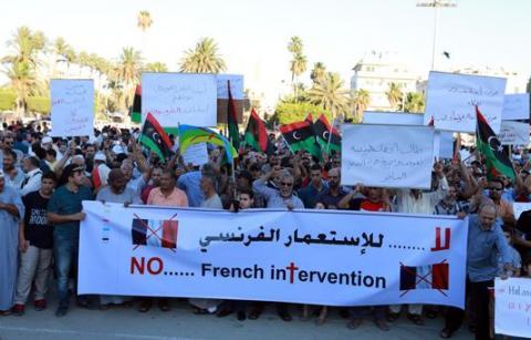 manifestation a tripoli contre la presence de militaires francais2