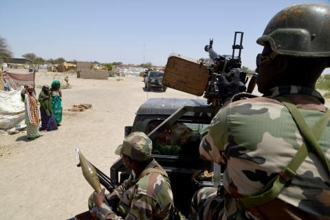 soldats nigeriens patrouillent entre bosso