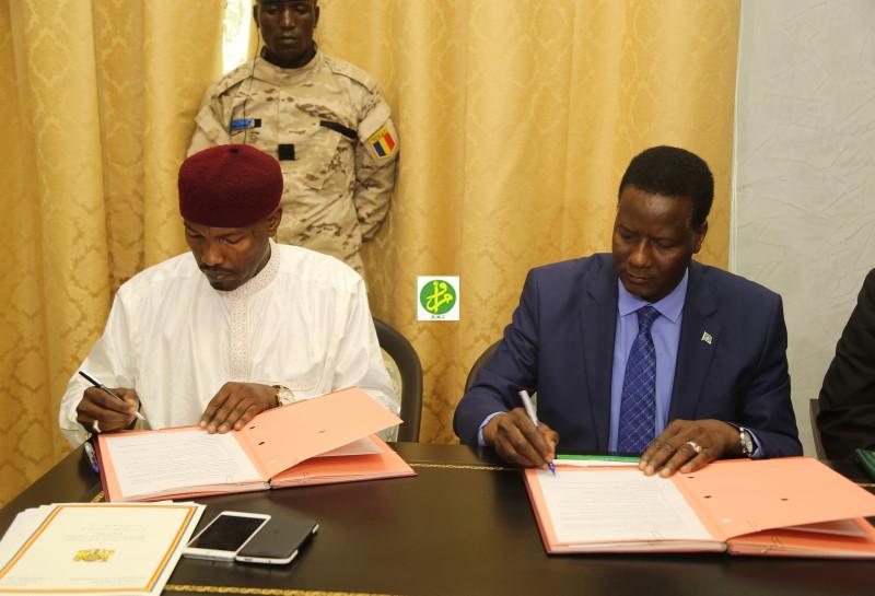 Signature de l'accord par les ministres