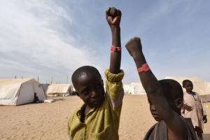 enfants nigerians refugies dans un camp