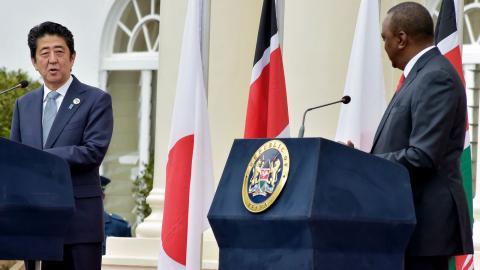 le premier ministre japonais shinzo abe gauche et le president du kenya uhuru kenyatta