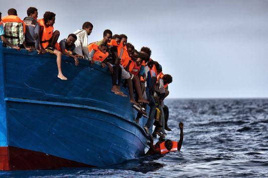 5007569 6 0a49 des migrants pris au piege attendent les 646ba417d50f8eabbc95d689b145a33d